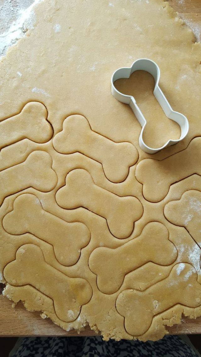The cookie cutter is by Wilton and comes in three -silhouette, paw and bone.