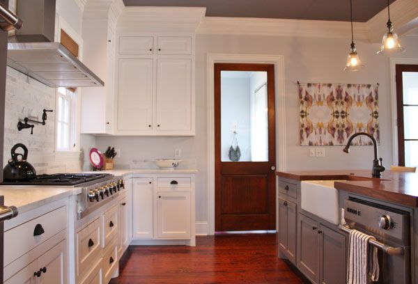 See how this simple wall hanging adds some serious interest to this classic kitchen?